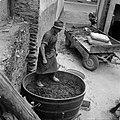 Kuip met schillen en pitten van druiven wordt aangestampt, Bestanddeelnr 254-4207.jpg