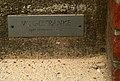 Kurt Lehmann Vogeltränke Sitzender Knabe mit Schale 1933 1953 Volksschule Bonner Straße 10 Montessori Bildungshaus Hannover Infotafel mit Datum 1933.jpg