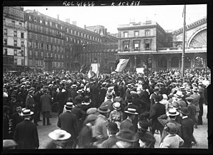Paris in World War I - A crowd of reservists being mobilized at the Gare de l'Est (2 August 1914)