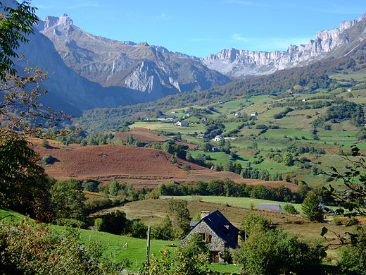 Traditional landscape of the historical province of Bearn, in the department of Pyrenees-Atlantiques LescunVueVersPasDAzuns.jpg