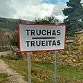 Letrero bilingüe de entrada a la localidad de Truchas.jpg