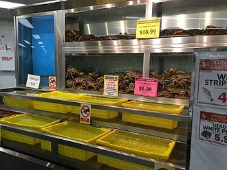 Uwajimaya - Image: Live crab and lobster at Uwajimaya Beaverton, Oregon