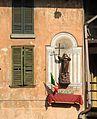 Luino, VA - Piazza S Francesco - Hausfigur m Fahne.jpg