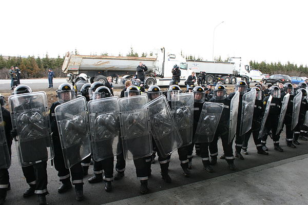 Rank of Icelandic National Police officers in full riot gear during the 2008 Icelandic lorry driver protests. Motmaeli vorubilstjora 1.jpg