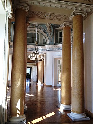 Mežotne Palace - Domed main hall with columns