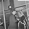 Minister Bot, de Keukenhof te Lisse geopend, Jacoba van Beijeren toont minister , Bestanddeelnr 917-5915.jpg