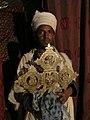Monnik met een heilig Ethiopisch Kruis (6821623353).jpg
