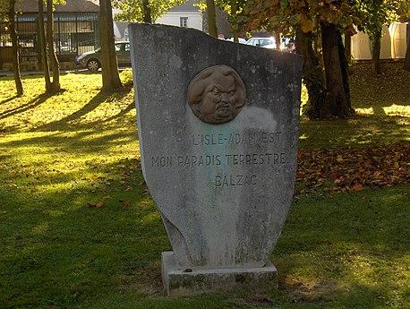 Stele med medaljongen av et portrett etterfulgt av en inskripsjon