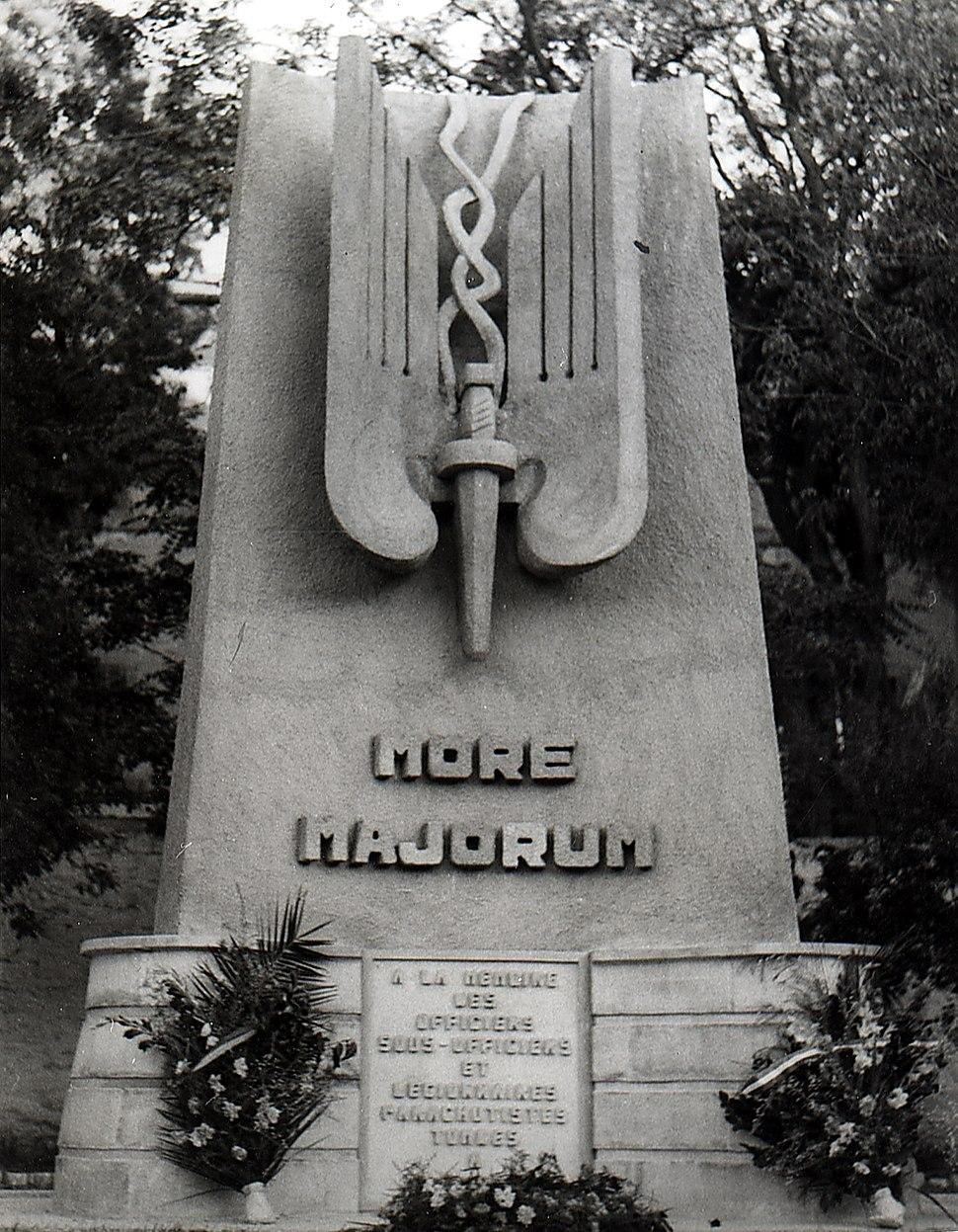 Monument aux morts legion para