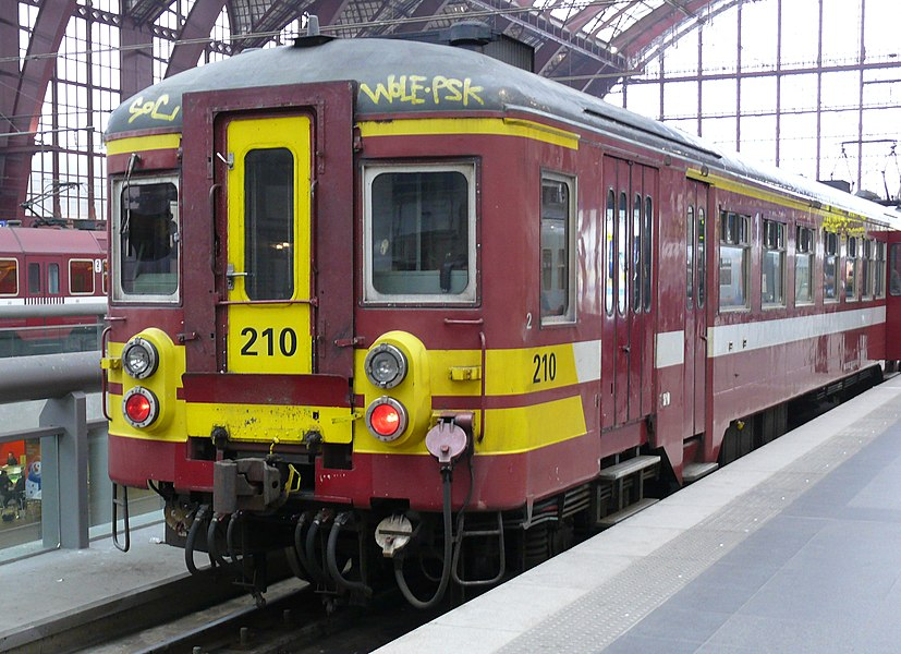NMBS 210 (type MS62) on track 3 (level +1) in Antwerp Central Station.