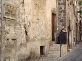 English: Old traditional woman in Scanno