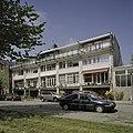 Overzicht voorzijde van drive-in woningen en op de vierde bouwlaag een balkon - Amsterdam - 20409328 - RCE.jpg