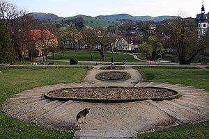 Blick von Norden über den Schlosspark. Rechts im Bild der Turm der barocken Kirche, links das Mittlere Schloss