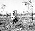 Pentti Haanpää Piippolan Lamusuolla vuonna 1950.jpg