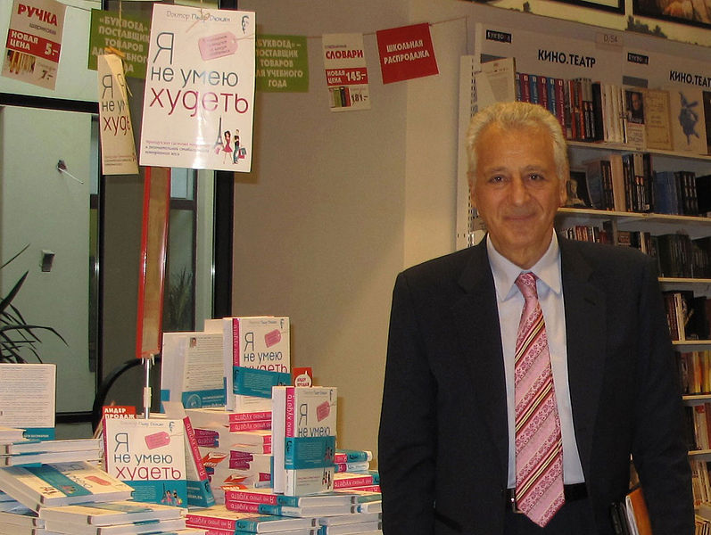 """File:Pierre Dukan presents his book """"I don't know how to get slimmer"""" in Russia.jpg"""