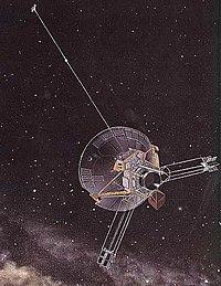 Sanatçı gözüyle Pioneer 10. 1983 yılında Plüton'un yörüngesinin ötesine geçmiş, son mesajı Ocak 2003'te 82 GB uzaklıktan alınmıştır. 35 yaşındaki bu uzay sondası 43,400 km/s hızla Güneş'ten uzaklaşmaktadır.