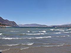 vue sur le lac du Bourget depuis une plage.
