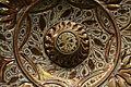 Plat amb tetó i fulles en relleu (detall), pisa de reflex daurat. Museu de Ceràmica de València.JPG