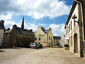 La place de la mairie à Plounéour-Ménez / Commons wikimédia