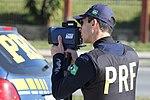 Policiais rodoviários federais operam radar móvel na Linha Verde, em Curitiba (29099440031).jpg
