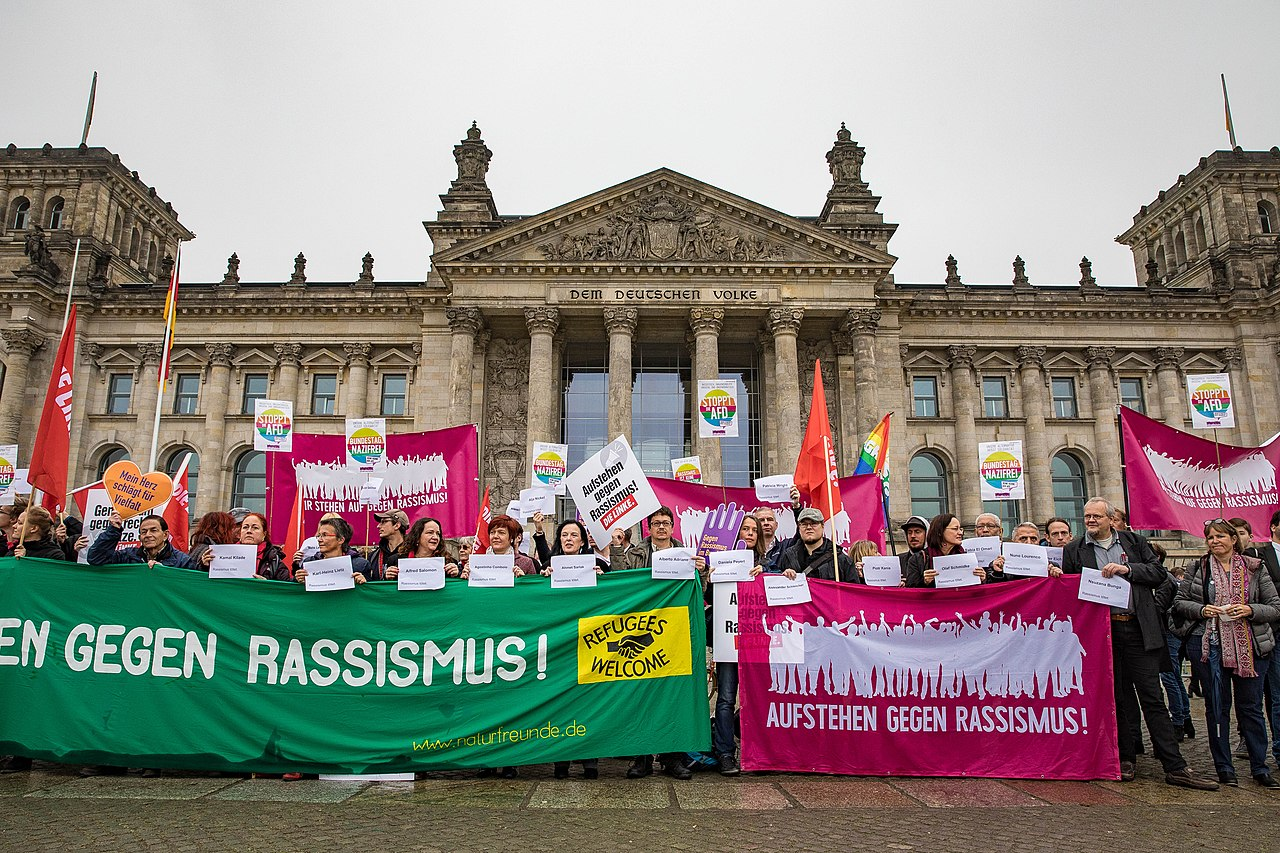 Protest gegen die AfD im Bundestag (37851513826).jpg