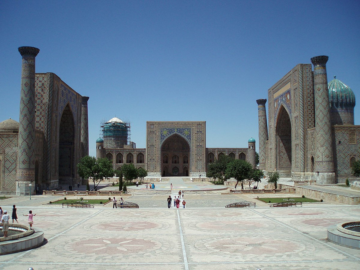 Registan square June 2007 - panoramio - David Holt.jpg