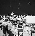 Repetitie van een orkest, vermoedelijk het Israël Philharmonic Orchestra in het , Bestanddeelnr 255-1739.jpg