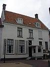 foto van Gepleisterde herenhuis, rechte kroonlijst, eibernest op schoorsteen