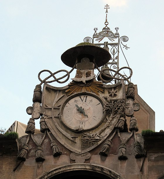 The clock with salamander in the Courtyard of the Well S. spirito in sassia, cortile del pozzo, orologio con salamandra 02.JPG