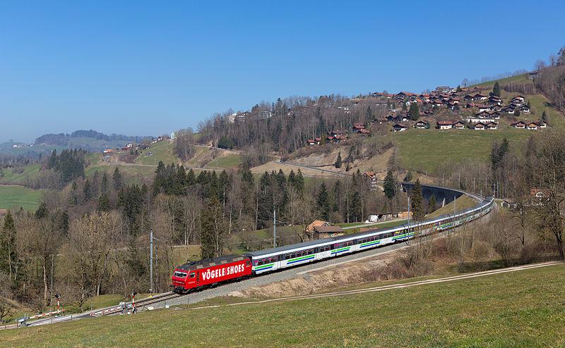 File:SOB Re 456 mit Voralpenexpress bei Mogelsberg.jpg