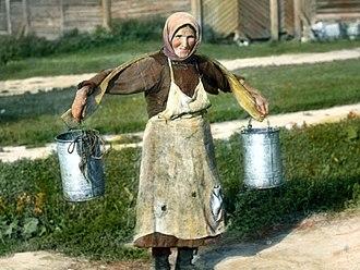 Carrying pole - Image: Saint Petersburg woman carrying buckets of water, near Leningrad (1)