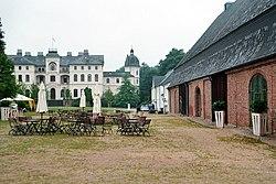 Salzau (Fargau-Pratjau), Herrenhaus, westliches Kavaliershaus und Scheune.jpg