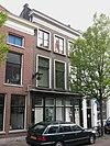 foto van Pand van parterre en twee verdiepingen, ter breedte van drie vensterassen. Zadeldakje. Lijstgevel van karakter derde kwart 19e eeuw