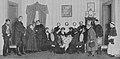 Schneider Wibbel, Szene aus dem 4. Akt – Trauergesellschaft in der guten Stube, 1913.jpg