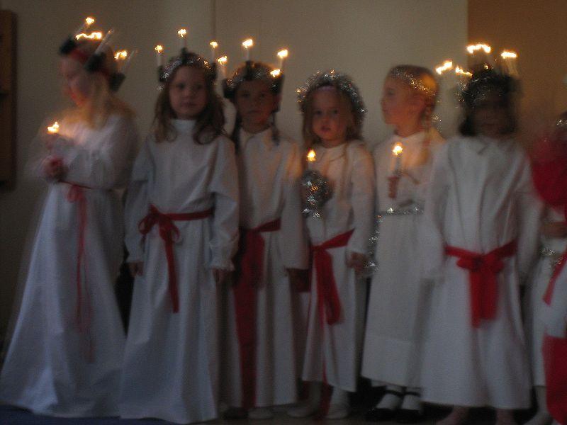 Schwedische Kinder beim Luciafest.jpg