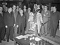 Sint Nicolaas bezoekt schaaktoernooi te Amsterdam. Sint Nicolaas met gehele groe, Bestanddeelnr 904-3107.jpg