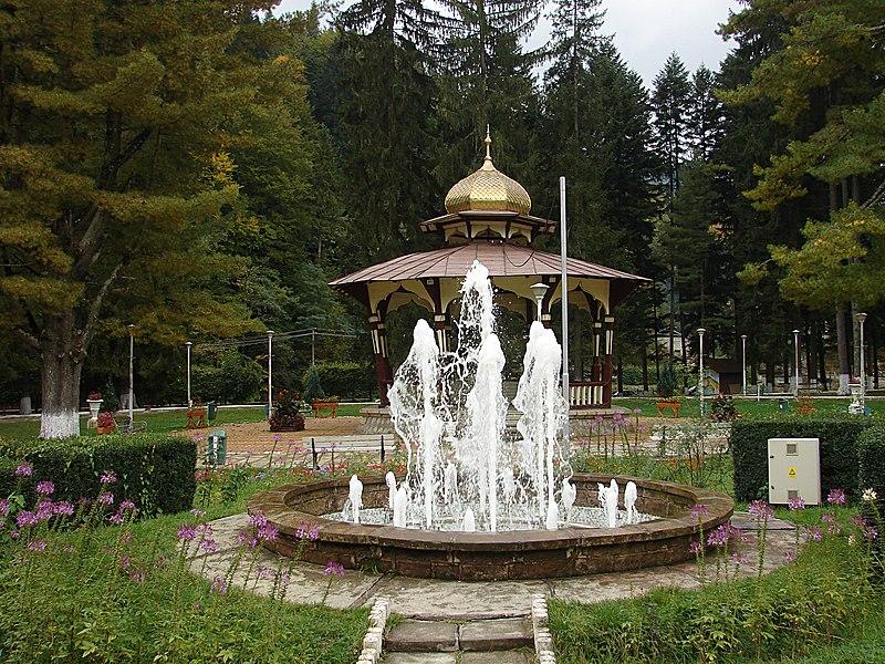 File:Slănic Moldova, în parc - panoramio (1).jpg