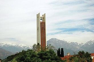 Smith Memorial Clock Tower, kuvassa San Gabriel -vuoria vasten