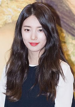 Suzy at a fansigning event, 31 January 2017 02.jpg