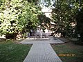 Szent János Kórház 2009-05-17, Kossuth Zsuzsanna-mellszobor (2003), kert a sebészet mögött - panoramio.jpg