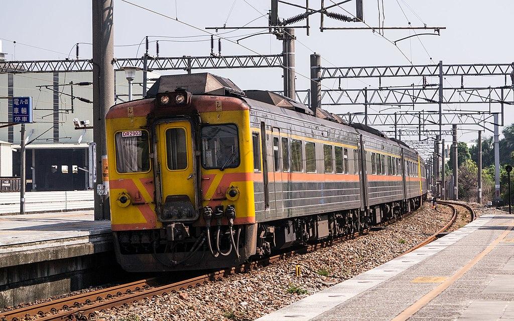 https://upload.wikimedia.org/wikipedia/commons/thumb/4/46/TRA_DR2903_at_Dahu_Station_20140927.jpg/1024px-TRA_DR2903_at_Dahu_Station_20140927.jpg