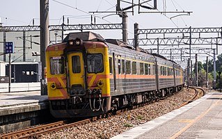 https://upload.wikimedia.org/wikipedia/commons/thumb/4/46/TRA_DR2903_at_Dahu_Station_20140927.jpg/320px-TRA_DR2903_at_Dahu_Station_20140927.jpg
