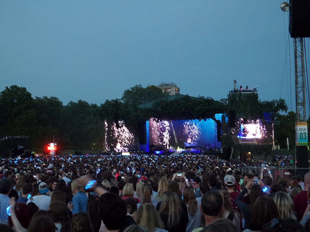 File Taylor Swift The 1989 World Tour Crowd At Hyde Park During Wildest Dream Enchanted Performance Jpg Wikimedia Commons