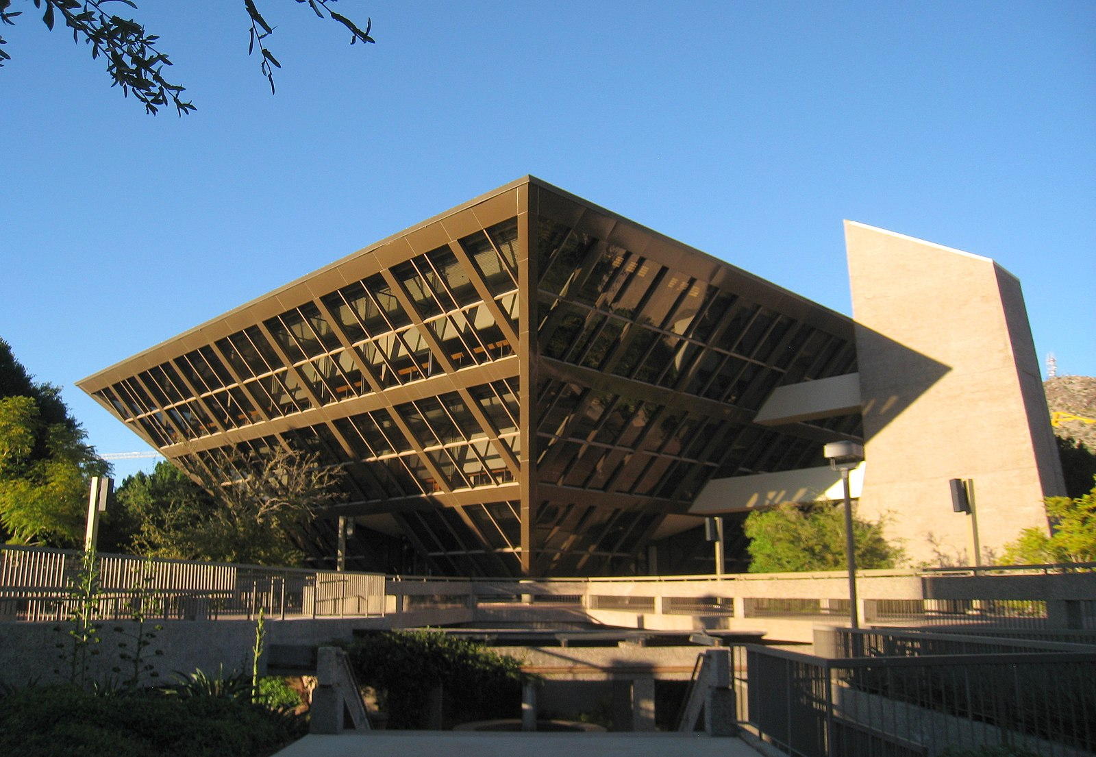 1600px-Tempe_City_Hall_-_Tempe%2C_AZ.JPG