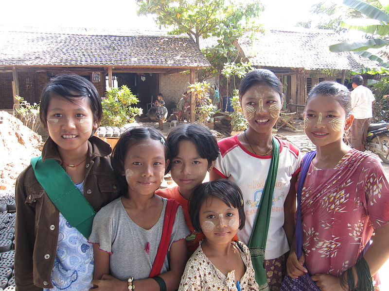 File:Thanaka girls.JPG