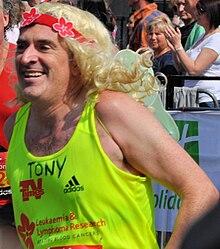 Imagini cu capul unui bărbat cu perucă blondă în partea de sus a galbenului fluorescent.
