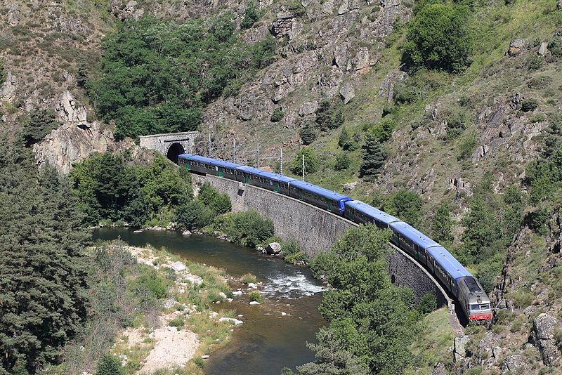 File:Train touristique en direction de Langeac au PK 573,500 de la ligne des Cévennes (Lunon).jpg