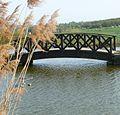 Unnötige Brücke an einem unnötigen Weiher - panoramio.jpg