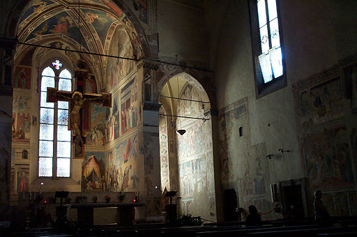 Interno Basilica di San Francesco, Arezzo, con il Crocifisso del Maestro di San Francesco e Le Storie della vera Croce di Piero della Francesca