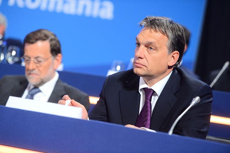 Viktor Orbán en una cumbre europea, a su lado Mariano Rajoy. Autor: European People's Party, 17/10/2012. Fuente: Flickr (CC BY 2.0.)